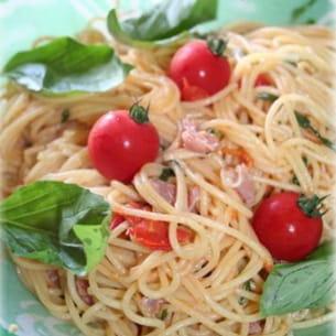 spaghetti au jambon cru, tomates cerises, basilic