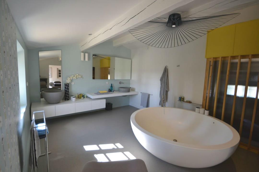 salle-de-bains-baignoire-ronde-suspension-vertigo