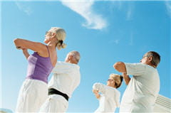 le yoga peut se pratiquer seul ou en groupe.