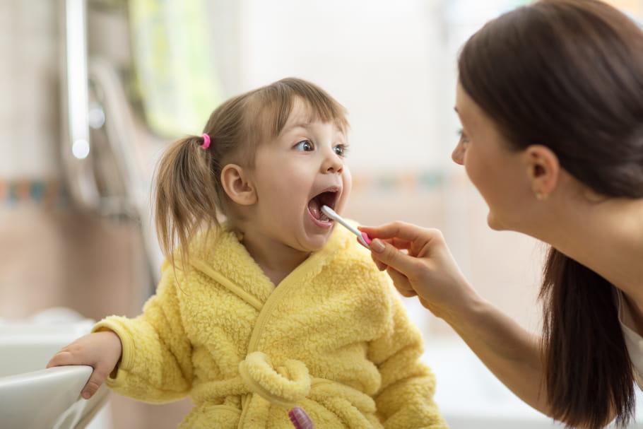 Bébé a mauvaise haleine: pourquoi, que faire?