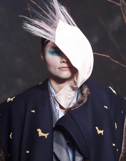 Le foulard dans le vent du défilé Thom Browne