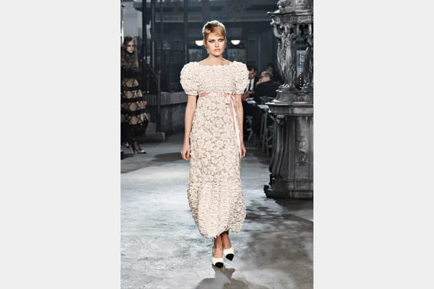 La robe camélia perlée du défilé Chanel Métiers d'arts 2015-2016