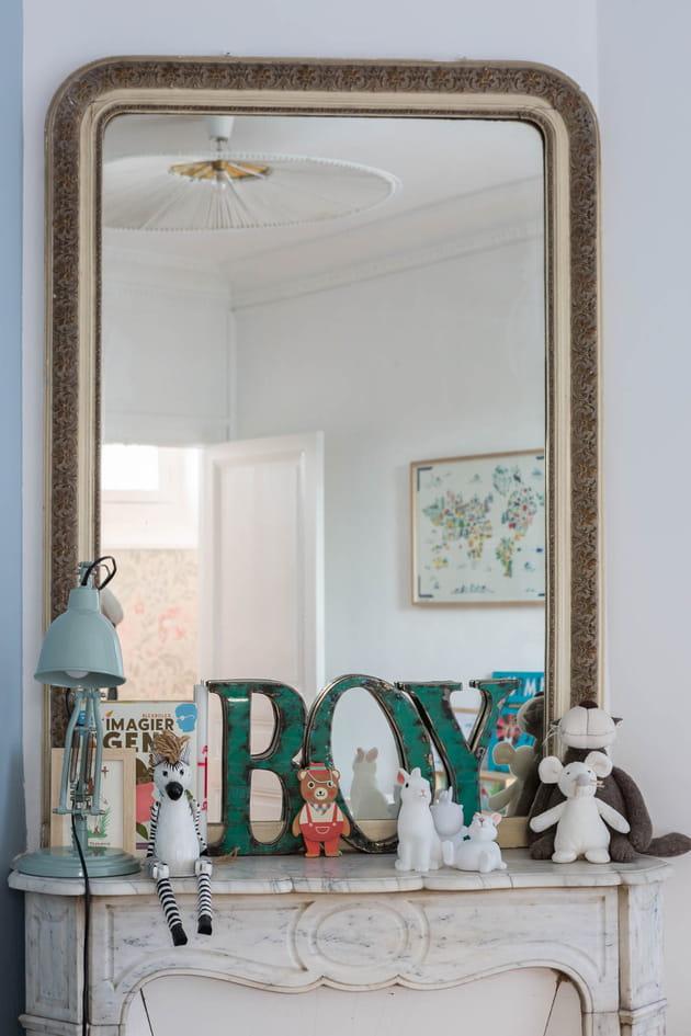 Miroir ancien dans la chambre de bambin - Miroir dans la chambre ...