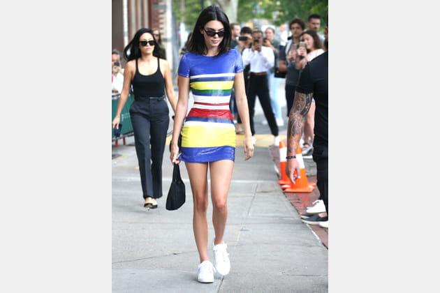 Kendall Jenner en robe à paillettes et rayures multicolores