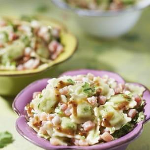 salade de ravioles aux herbes, jambon cru et vinaigrette à l'orange