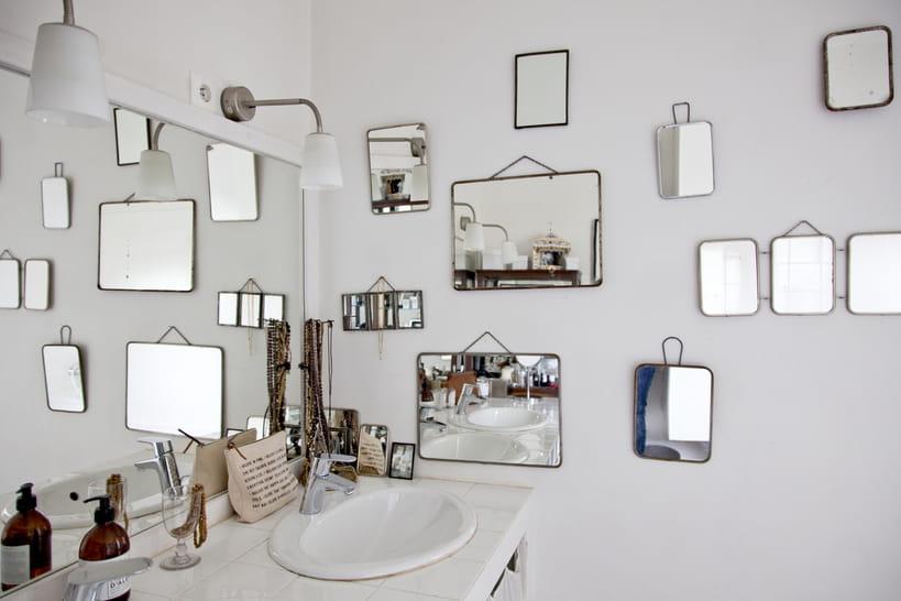 La salle de bains blanche du sol au plafond : une valeur sûre