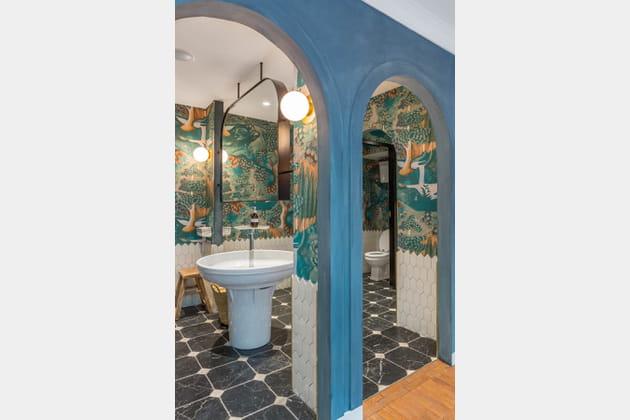 Des toilettes mixtes sublimées de papier peint à motifs