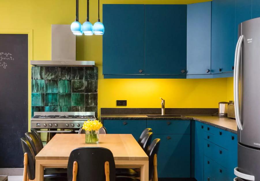 Une cuisine entre jaune et bleu