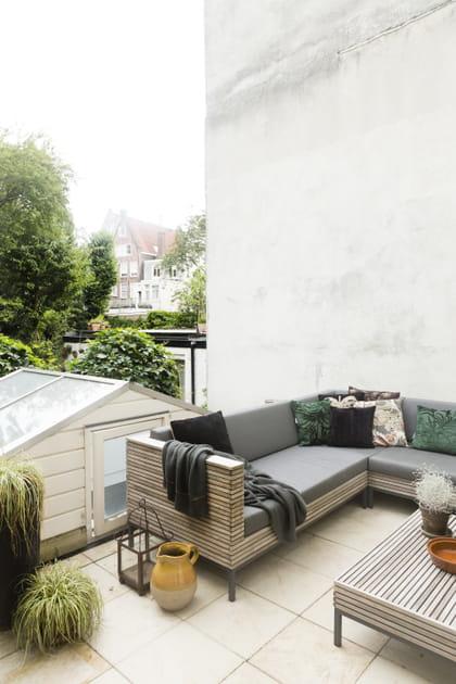 Salon de jardin convivial dans l'angle de la terrasse
