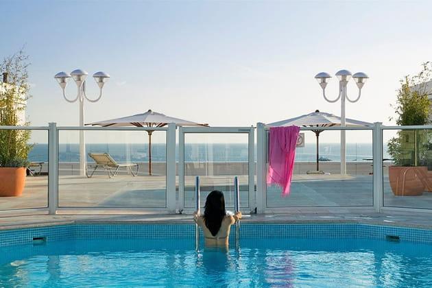 La piscine sur le toit du JW Mariott Cannes