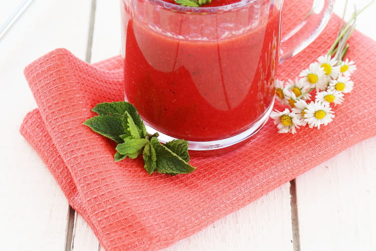Smoothie aux fraises, menthe et fleur d'oranger