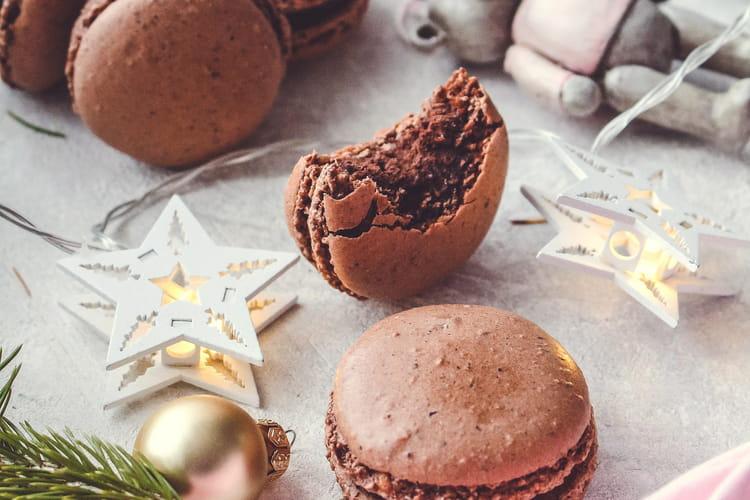 Macarons de Noël au chocolat, noisettes et Tonka