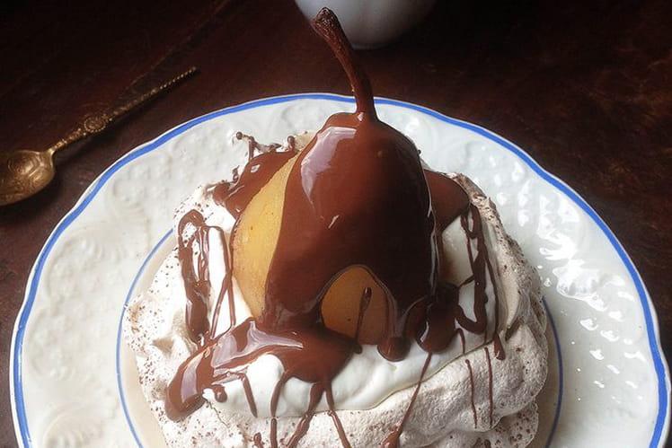 Pavlova poires épicées sauce chocolat
