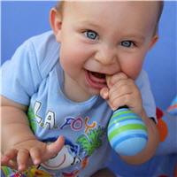 quand il fait ses dents, le bébé a besoin de mâchouiller sans arrêt.