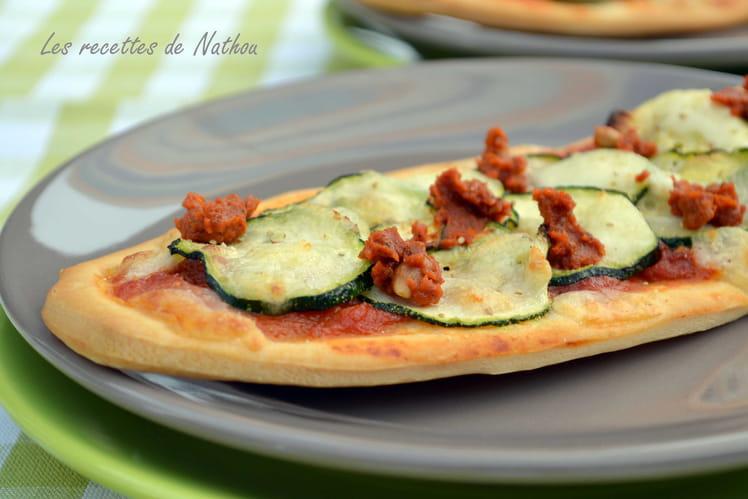 Pizzetta au pesto rouge, courgette et mozzarella