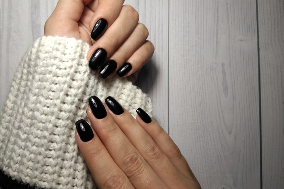 Vernis noir: comment bien le porter et l'appliquer?