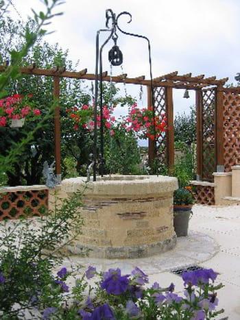 Un puits tr s d coratif sur la terrasse for Puits decoratif jardin