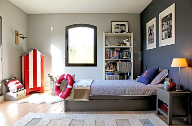 Une chambre de garçon bleue et grise