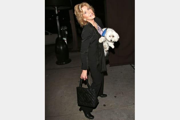 Jane Fonda, chien dans les bras