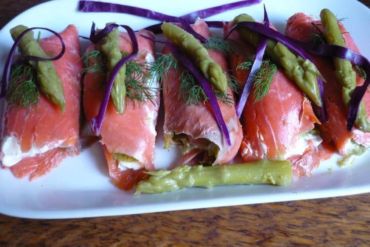 Roulés de saumon mariné, farcis au fromage frais et asperges