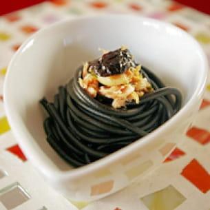 spaghetti à l'encre de sèche olives et thon