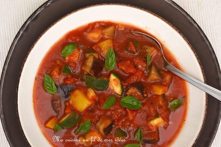 Soupe de ratatouille avec aubergines, poivrons et courgettes