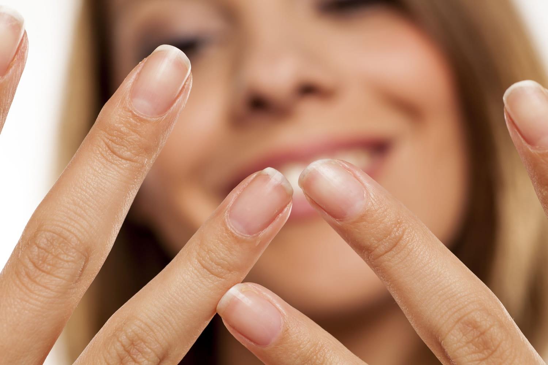 Ongles striés: causes, maladie, que faire?