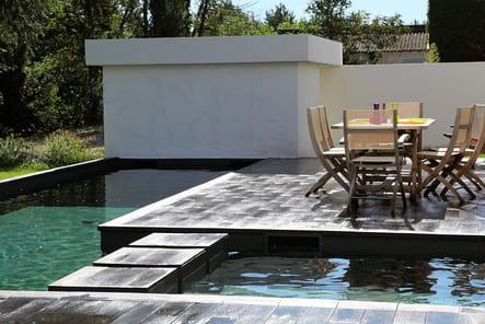 Ponton au milieu de la piscine