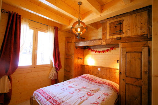 Une chambre en bois brut