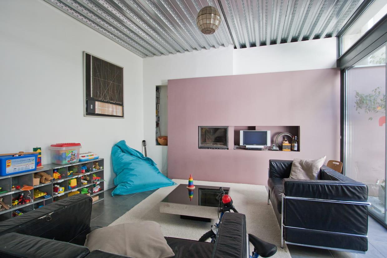 un salon industriel. Black Bedroom Furniture Sets. Home Design Ideas