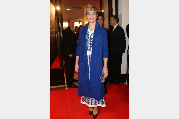 FLOP: Cecile de France en robe et gilet bleu