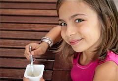 les premiers jours, privilégiez les yaourts, glaces et sorbets pour la