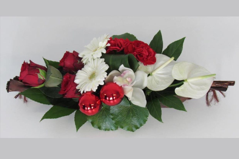 Comment Faire Un Centre De Table Avec Des Fleurs un centre de table fleuri aux couleurs de noël