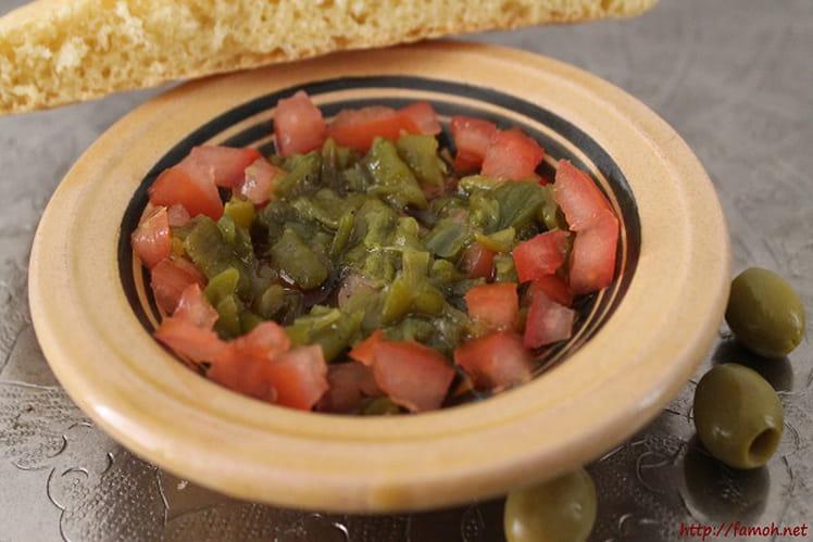 Salade mechouia tunisienne, aux piments, tomates et oignons