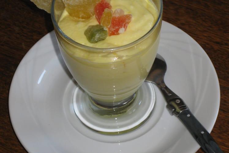 Mousse au citron et tranches d'ananas desséchés