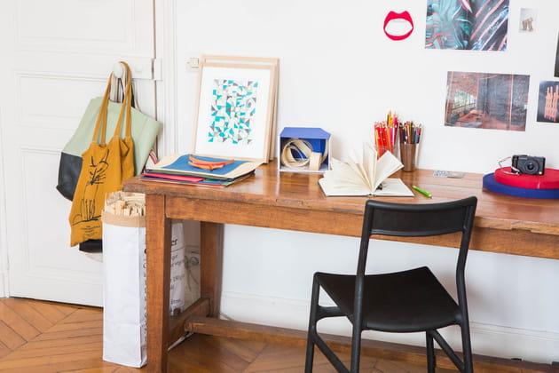 un tabli dans la chambre. Black Bedroom Furniture Sets. Home Design Ideas