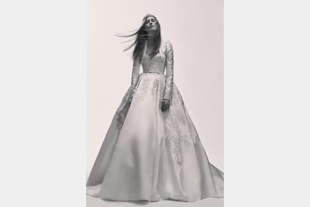 Une robe de mariée volumineuse