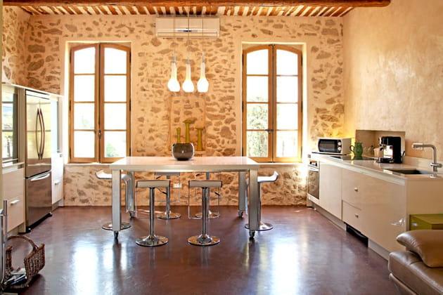 Une cuisine en pierre et bois