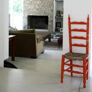 chaise colorée pour relever une déco blanche