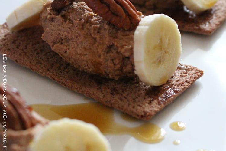 Tartine craquante au cacao, quenelle au chocolat, praliné, banane et pécan