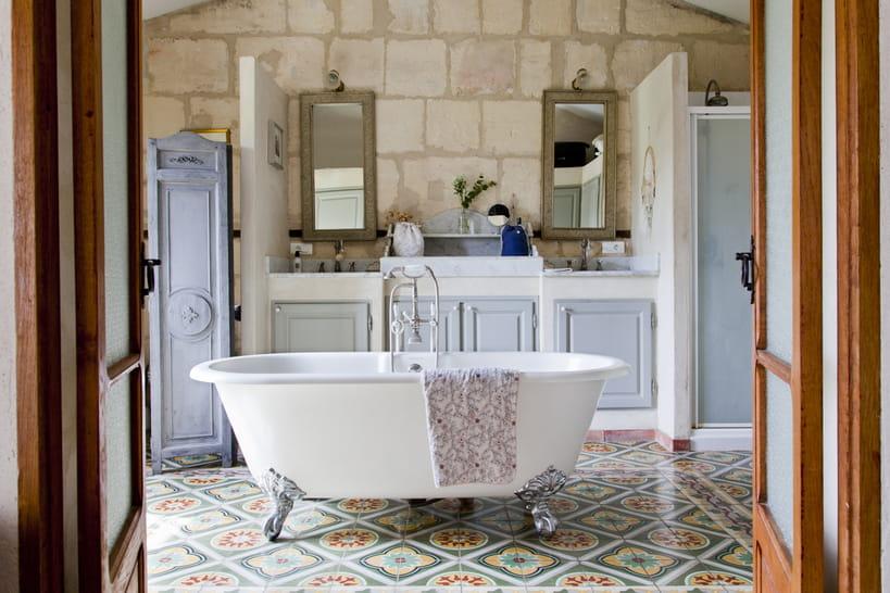 Baignoire sur pied, élément star de la salle de bains rétro