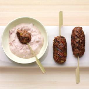 keftas d'agneau et de banane plantain, sauce à la tomate et au yaourt