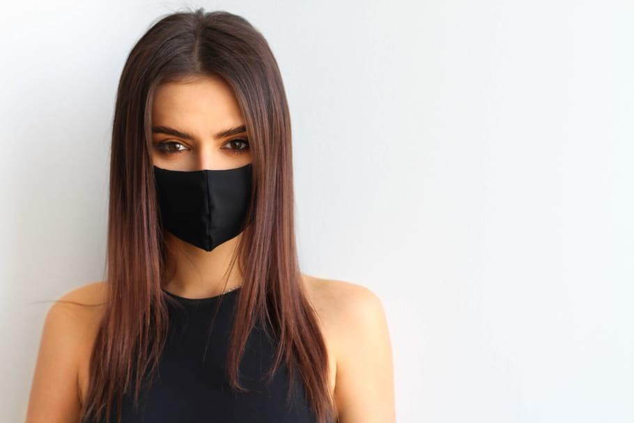 Comment se maquiller avec un masque?