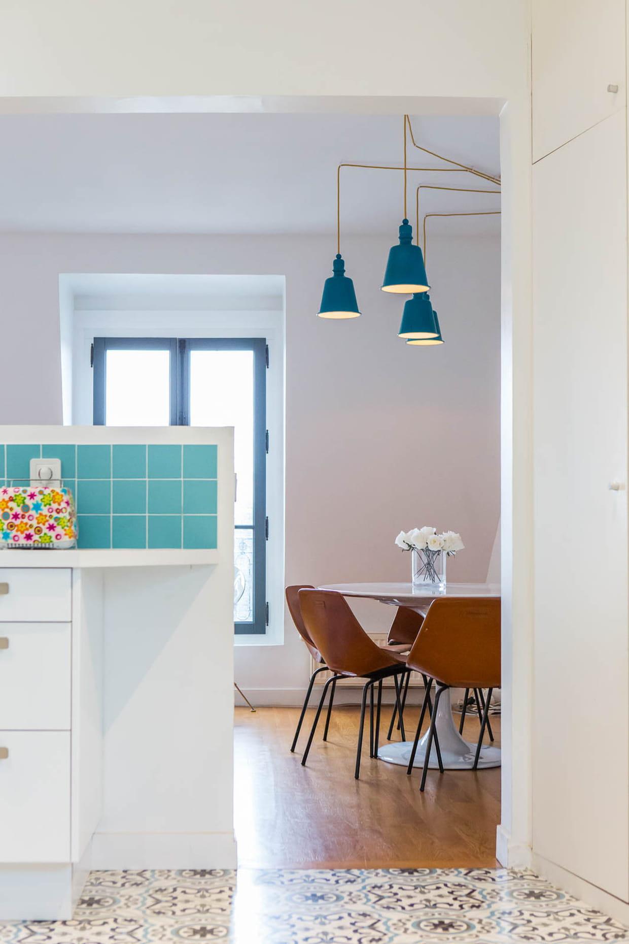 Des rappels de bleu par petites touches - Charmant appartement lumineux touches couleurs ...