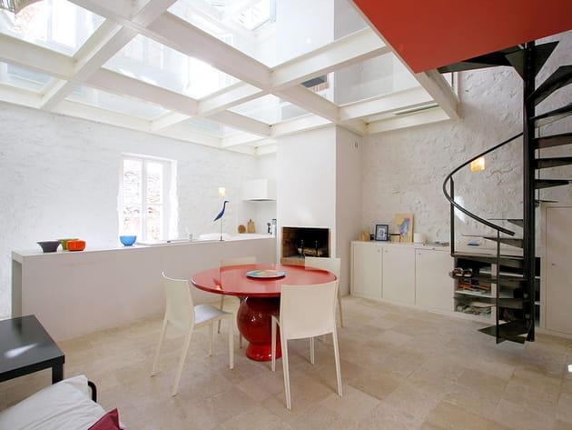 Une cuisine ouverte blanche et lumineuse