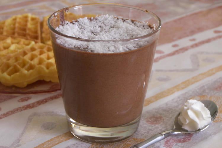 Mousse au chocolat parsemée de noix de coco