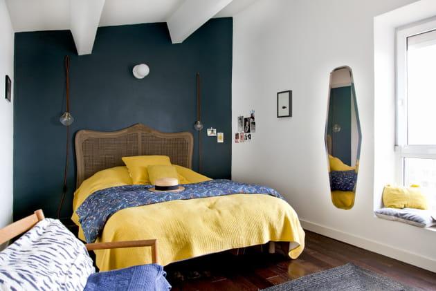 Un mur bleu canard dans la chambre