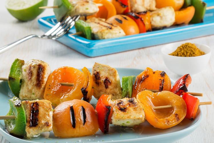Brochettes de poulet aux poivrons et aux abricots marinés au lait de coco