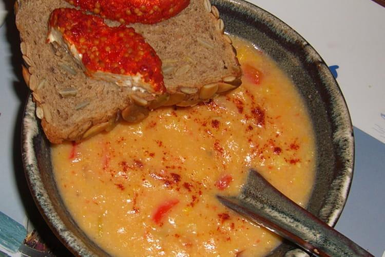 Soupe de maïs, poivrons rouges et piment de Cayenne