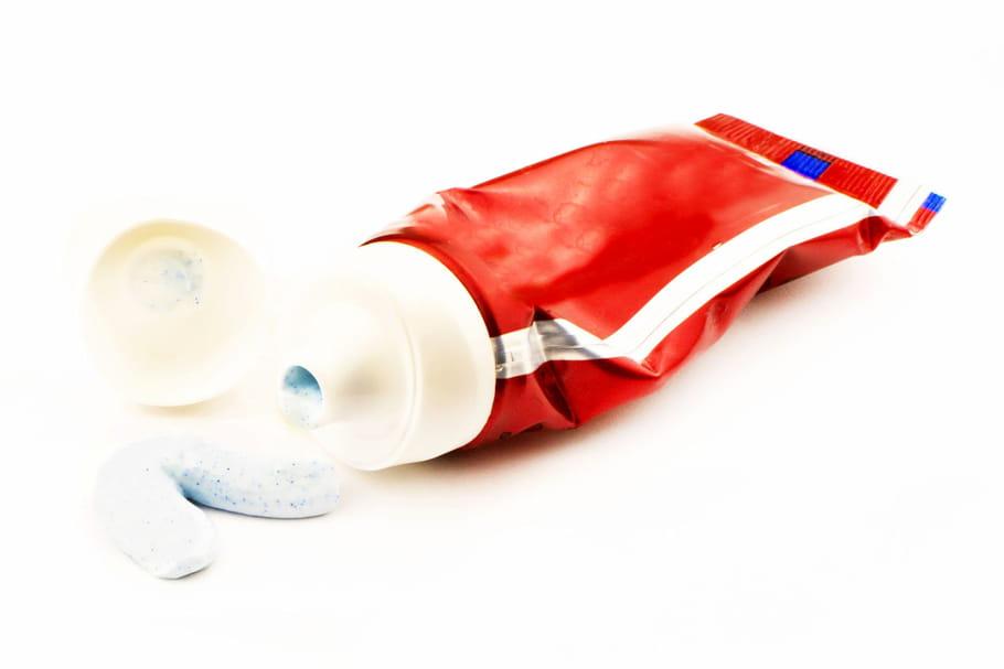 Que signifie le petit carré coloré sur les tubes de dentifrice?